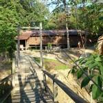 brug tussen longhouse en onze verblijfplaats