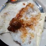 Rijst gekookt in bamboe met was saus