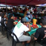 De plaatselijke bevolking komt eten op de markt