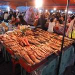 Sfeervolle markt in de avond