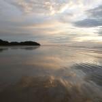 Zee en strand als spiegel, oneindig veel lucht